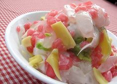 Indonesian Shave Ice w/ Jack Fruits and Tapioca Pearls - a good drink/dessert for hot Summer days! Asian Snacks, Asian Desserts, Asian Recipes, Ethnic Recipes, Indonesian Desserts, Indonesian Cuisine, Indonesian Recipes, Cooking Time, Cooking Recipes