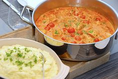 Se og gem opskriften her. Actifry, Danish Food, Cooking Recipes, Healthy Recipes, Healthy Food, Wok, Soups And Stews, Lchf, Cheeseburger Chowder