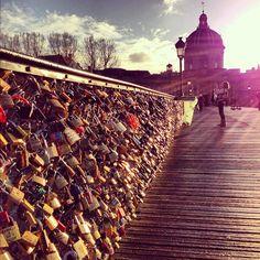 Die Brücke verbindet den Quai du Louvre im 1. Arrondissement am rechten Seineufer mit dem Quai de Malaquais im 6. Arrondissement am linken Seineufer. Sie verläuft damit genau zwischen Louvre und Institut de France. Heute ist es Brauch von Parisern und Touristen, ihre Liebe mit einem Schloss zu besiegeln (speziell am Valentinstag), das am Eisengitterzaun der Brücke befestigt wird. Der Schlüssel wird anschließend in die Seine geworfen.  http://de.wikipedia.org/wiki/Pont_des_Arts