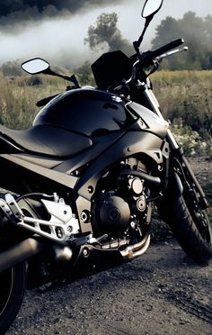 hopefully when I go to university I will somehow be able to afford a super nice black motorcycle like this, and be able to ride it all year round Suzuki Motorcycle, Motorcycle Gear, Wallpaper Moto, Two Fast Two Furious, Gsxr 600, Super Bikes, Street Bikes, Bike Life, Custom Bikes