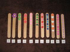 Hmatové počítání Tato didaktická pomůcka vychází ze zásad tzv. smyslové výchovy M. Montessori. Na dřívkách jsou nalepeny různé tvary z pěnovky v počtu 0-10. Dítě by se mělo poslepu pokusit určit počet tvarů na jednotlivých dřívkách, popř. poznat, na kterém dřívku je předmětů více a na kterém méně.