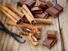Herkuttelusta nauttiva hääpari? Suklaatyöpaja kahdelle tutustuttaa raakasuklaan maailmaan.