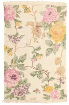 This carpet is woven mainly in Dhurrie in India, but also in other places in the country. It is an Indian kelim weaving made of wool. Hollyhock, Yellow Fabric, Kilim Rugs, Black And Brown, Vintage World Maps, Weaving, Beige, Quilts, Wool