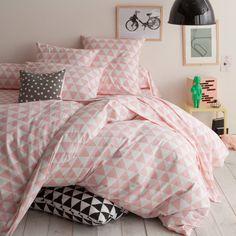 Housse de couette coton imprimé LORENZ. Simplicité et géométrie du style scandinave : cet imprimé Lorenz est une valeur sûre pour habiller votre chambre !