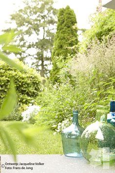 Weelderige, romantische stads tuin met blauwe, witte en lila bloemen. Urban Oasis. Romantic garden. Design: ©Jacqueline Volker www.lifestyleadviseur.nl  Image: Frans de Jong.