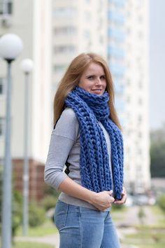 Ausverkauf! Grobstrick Schal ist eine Handgestrickte Damen oder Herren-Schal für eine stilvolle und außergewöhnlichen Menschen entwickelt. Wolle Schal ist aus luxuriösem Merinogarn aus eigener Produktion gefertigt. Dieser Schal ist ziemlich dick, warm, weich, kuschelig und seidig Chunky Knit Scarves, Vest, Women's Fashion, Knitting, Nice, Pictures, Jackets, Scarf Knit, Wool