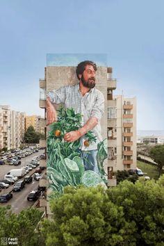 """""""The Gardener"""" creado por el artista urbano Fintan Magee en un edificio de la ciudad de Ragusa, Italia."""