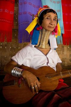 """""""The Women Ostrich"""" of the Kayan tribe: How far can a human neck stretch? Tribes Of The World, People Around The World, Cultures Du Monde, World Cultures, Motif Music, Beautiful World, Beautiful People, Tribal Face, Cultural Identity"""