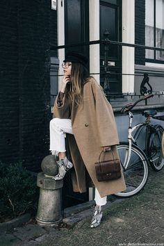 How To Wear Snakeskin Ankle Boots with white Levi's jeans and oversized camel coat winter trends 2016