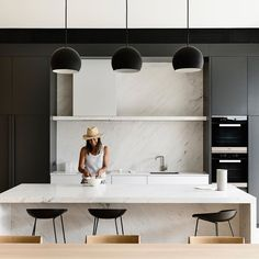 Today is a great day for entertaining, specially in this kitchen by (Architecture and Interior Design). Kitchen Styling, Kitchen Decor, Kitchen Ideas, Kitchen Inspiration, Kitchen Storage, Black Kitchens, Cool Kitchens, Modern Kitchens, Modern Kitchen Design