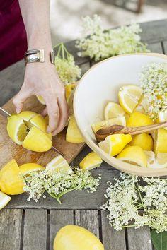 Sarah Raven's elderflower cordial recipe via Country Living UK Cordial Recipe, Elderflower Cordial, Apple Cake Recipes, Edible Flowers, Country Living, Herbalism, Food And Drink, Vegetarian, Healthy Recipes