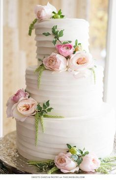 Love this classic wedding cake that is simple and elegant with gorgeous flower details. #classic