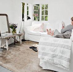 Wat een gezellig zitje in deze zomerwoning met de ektorp hoekbank van ikea   Meer wooninspiratie op mijn woonblog http://www.interieurinspiratie.nl/