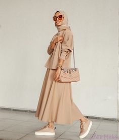 Hijab is beautiful with these styles, you can easily copy the whole style from the pictures below or you'll be inspired by the picture Modern Hijab Fashion, Muslim Fashion, Modest Fashion, Look Fashion, Fashion Clothes, Fashion Models, Fashion Outfits, Womens Fashion, Arab Fashion