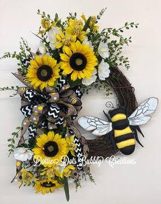 A Wild Bumblebee Grapevine Wreath - Dorothy Barksdale Owl Wreaths, Sunflower. Owl Wreaths, Sunflower Wreaths, Wreath Crafts, Deco Mesh Wreaths, Diy Wreath, Holiday Wreaths, Grapevine Wreath, Floral Wreaths, Wreath Ideas