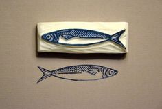 Like this sardine - a number of cards from fish .-Wie diese Sardine – könnte eine Reihe von Karten von Fischen x tun Like this sardine – could do a number of cards of fish x - Stamp Printing, Printing On Fabric, Stencil, Eraser Stamp, Small Drawings, Stamp Carving, Handmade Stamps, Linoprint, Fish Art