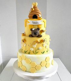 Honeycomb and honeycomb cake: how to make it happen? - honeycomb and honeycomb cake design tiered - Beautiful Cakes, Amazing Cakes, Pretty Cakes, Bee Birthday Cake, Bumble Bee Cake, Bolo Fack, Russian Honey Cake, Dessert Original, Bee Cakes