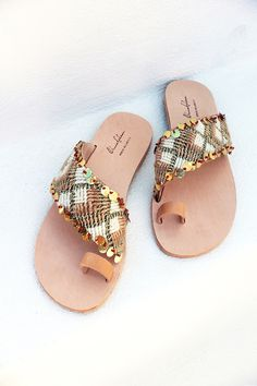 Making Your Own Footwear - 10 DIY Shoes for Comfort and Style Shoe Wardrobe, Sandals Outfit, Pretty Shoes, Leather Sandals, Me Too Shoes, Casual Shoes, Fashion Shoes, Shoe Boots, Footwear