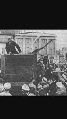 La revolución de 1917 Los melcheviques  apoyaron al gobierno provisional en su decisión de continuar la guerra .Finalmente Lenin vio que la situación era propicia y dio orden a su partido,el bolchevique tomó el poder en octubre de ese año.
