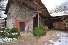 KREA Koncept の オリジナルな 家 face sud de la grange avant travaux de rénovation