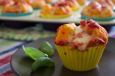 I muffin pizza sono golosi muffin salati conditi come una vera e propria pizza. Scopri la ricetta facile e veloce, senza lievitazione!
