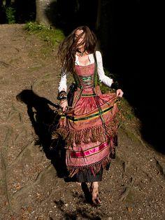 Dirndl in Rosa/Grün mit schwarzem Rock. Langärmelige weiße Bluse. Trachten Couture Michaela Keune