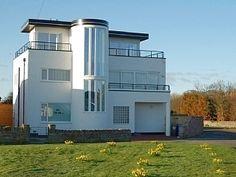 Luxury Art Deco house with stunnng sea views! Directly opposite The Haven beach. The Guardian 50 Best UK Cottages Summer - 2 The Haven has curves i. Amazing Architecture, Art And Architecture, Architecture Details, Bauhaus, Art Deco Stil, Art Deco Home, Art Nouveau, Streamline Moderne, Art Deco Buildings