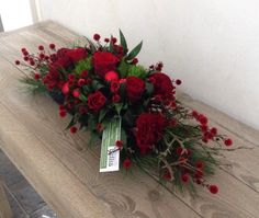 Feestelijk tafelstuk Christmas Flower Arrangements, Funeral Flower Arrangements, Christmas Flowers, Beautiful Flower Arrangements, Flower Garlands, Flower Centerpieces, Flower Decorations, Floral Arrangements, Beautiful Flowers