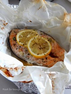 Food for thought: Σολομός στη λαδόκολλα... για έναν. Salmon Recipes, Fish Recipes, Greek Recipes, Fish And Seafood, Food For Thought, Food To Make, Food And Drink, Favorite Recipes, Yummy Food
