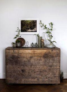 Une couleur : le gris  Une matière : le bois