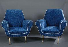 Travail 1950 Paire de fauteuils à dossier trapézoïdal, accoudoirs de forme cylindrique, entièrement gainé récemment de tissu bleu, piètement en laiton H 92 L 86 P 72 cm  Estimation : 1 200/1 500 € Mis en vente le Dimanche 19 juillet 2015 par Tradart à Deauville