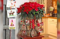 Christmas Wreaths, Christmas Decorations, Holiday Decor, Ladder Decor, Diys, Glass Vase, Home Decor, Rustic Christmas, Manualidades