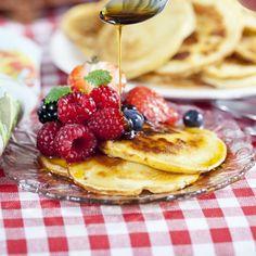 Små söta plättar med färska bär och lönnsirap är garanterat ett uppskattat inslag på en brunch, som mellanmål eller till dessert. Brunch, Scones, Smoothie, Pancakes, Cheesecake, Vegetarian, Breakfast, Food, Morning Coffee