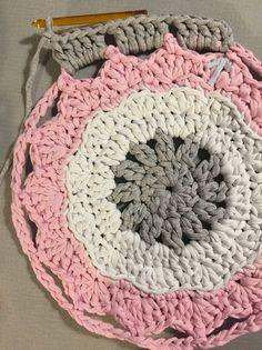 Patrón Alfombra Pretty Paso a Paso - Mariatrapillo - Crochet Rug Patterns, Crochet Mandala, Crochet Designs, Crochet Doilies, Crochet Stitches, Hat Patterns, Crochet Carpet, Crochet Home, Easy Crochet