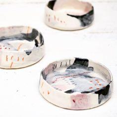 Ceramic dishes by Susan Simonini – Art Sanat Ceramic Clay, Ceramic Plates, Ceramic Pottery, Earthenware, Stoneware, Cerámica Ideas, Keramik Design, Pottery Designs, Contemporary Ceramics