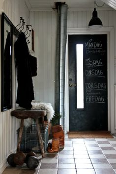 Cool idea to have a chalkboard door—there's no way you will forget anything if you get a reminder as you leave the house❣ Vintage House