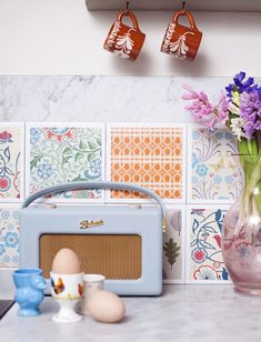 Breathe new life into your kitchen and decoupage your tiles with retro paper Diy Kitchen Projects, Kitchen Decor, Kitchen Tiles, Fun Crafts, Arts And Crafts, Crafty Craft, Crafting, Shabby, Vintage Home Decor