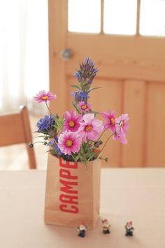 紙袋+牛乳パックでカジュアルに。/やさしい花レッスン(「はんど&はあと」2013年10月号)