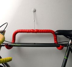No sabes como colgar tu bici?, recicla pho pollo!!!! ;)