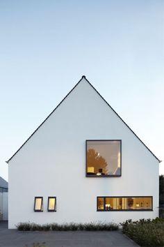 Finde minimalistische Häuser Designs in Weiß: Straßenansicht. Entdecke die schönsten Bilder zur Inspiration für die Gestaltung deines Traumhauses.