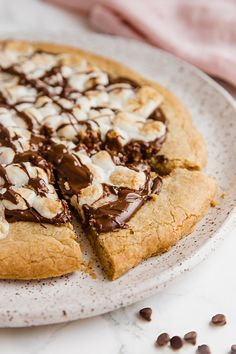 Gluten-Free S'mores Pizza - Unbound Wellness Allergy Free Recipes, Fun Easy Recipes, Baking Recipes, Pizza Recipes, Paleo Recipes, Gluten Free Pizza, Gluten Free Desserts, Delicious Desserts, Dessert Pizza