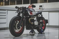 A BMW from one of Spain's top race car builders Pole Position: A BMW from one of Spain's top race shops Harley Davidson Fatboy, Bike Bmw, Motorcycle Bike, Custom Motorcycles, Custom Bikes, Radios, 16 Rims, Bmw R100, Car Workshop
