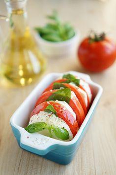 Капрезе - это что-то среднее между легкой закуской (как говорят итальянцы - Антипасто) и салатом. Название исходит от острова Капри в Италии, где его и придумали.Бла�…
