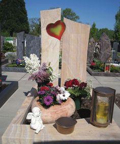 Grabstein mit Herz-Ornament