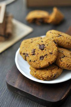 Sütőtökös-csokis gluténmentes keksz A sütőtök igazán hálás alapanyag. Ha sütve már eleget ettünk belőle, bátran használhatjuk sütemények alapanyagaként is, nagyon finom ízt és állagot ad nekik. Most éppen egy csokis gluténmentes kekszben szerepelt kiválóan.