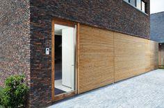 L-door garagepoort geIntegreerd in Plato gevelbekelding | Porte de garage | Realisatie: L-door Interesse voor uw woning? Surf naar www.cre-8-ive.be of www.l-door.be