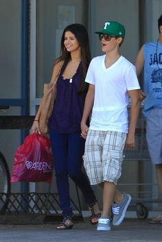 Justin and Selena shop Ardene.  Google Image Result for http://images4.fanpop.com/image/photos/22500000/Selena-Hanging-Out-With-Justin-Bieber-In-Toronto-June-1-2011-selena-gomez-22546270-1707-2560.jpg