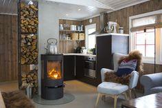 ÅPEN LØSNING: Kjøkkenet, spisestuen og stuen er i en åpen løsning. Det er praktisk og gir en god romfølelse