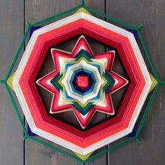 Mandalas 45 / 8 Puntas - verdelicious Mandala Yarn, Plant Crafts, Gods Eye, Rainbow Crafts, Nature Prints, String Art, Hobbies And Crafts, Yarn Crafts, Color Inspiration