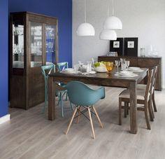 Essa sala de jantar tem um toque mais dinâmico, apesar dos móveis de madeira, graças às cadeiras coloridas e os pendentes no centro da mesa. E você, gostou da ideia?